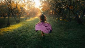 девушка-в-сиреневом-платье-гуляет-по-саду